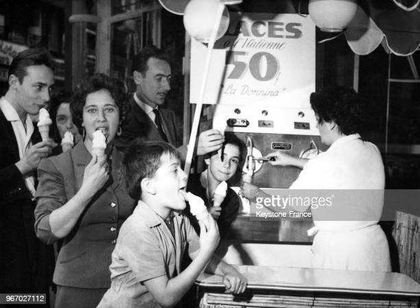 Premier distributeur de glaces où de nombreux clients viennent acheter un cornet à Paris France le 22 juillet 1957