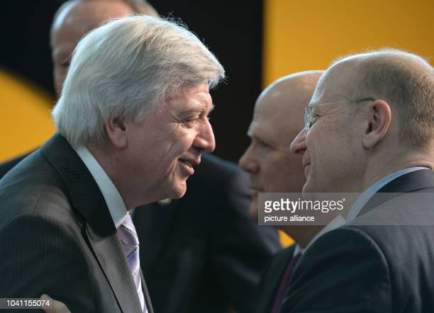 Premier of Hesse Volker Bouffier CEO of General Motors Dan Akerson and chairman of the supervisory board of Opel Steve Girsky talk at AdamOpelHaus in...