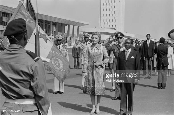 Premier voyage officiel de l'impératrice Farah Pahlavi en Afrique. Elle est accueillie à l'éroport par le président du Sénégal : Leopold Senghor,...
