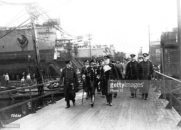 Premiere Guerre Mondiale Emperor Wilhelm II at the naval base in Kiel visiting the docks At his side ViceAdmiral von HenkelGebhardi