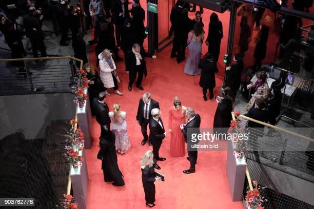 Premierengäste auf dem Roten Teppich anlässlich der Eröffnung der 67 Berlinale im BerlinalePalast am Potsdamer Platz in Berlin
