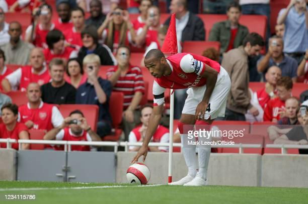 Premiership Football, Arsenal v Aston Villa, Thierry Henry of Arsenal prepares to take a corner kick.
