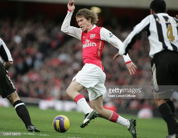 Premiership Football, Arsenal v Newcastle United, Alex Hleb of Arsenal looks for a way through the Newcastle defence.