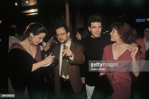 Première of Fernando Colomo´s film 'Bajarse al Moro' From left to right the actress Aitana Sanchez Gijon the director Fernando Colomo and the actors...
