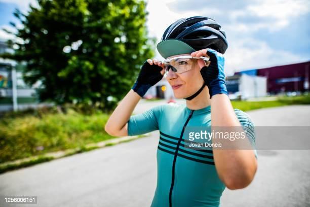 prepairing für radsport-session - sportsperson stock-fotos und bilder