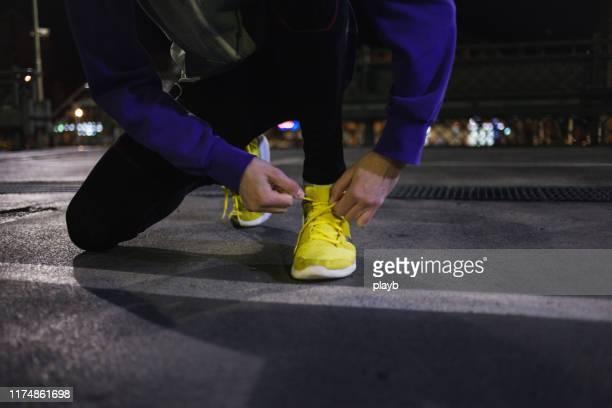 voorbereiding voor de run - baanevenement mannen stockfoto's en -beelden