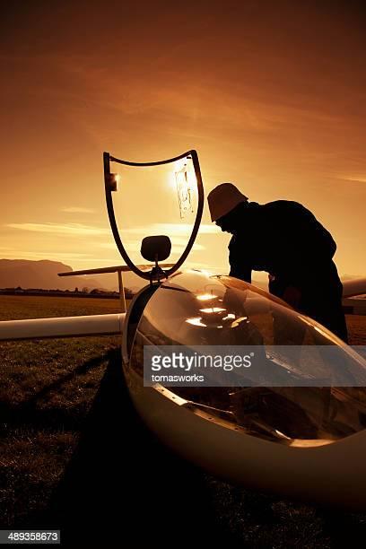 Vorbereitung zum Absprung mit Segelflugzeug bei Sonnenuntergang