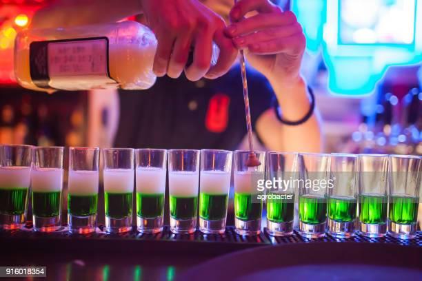 preparation of a green cocktail - atirar à baliza imagens e fotografias de stock