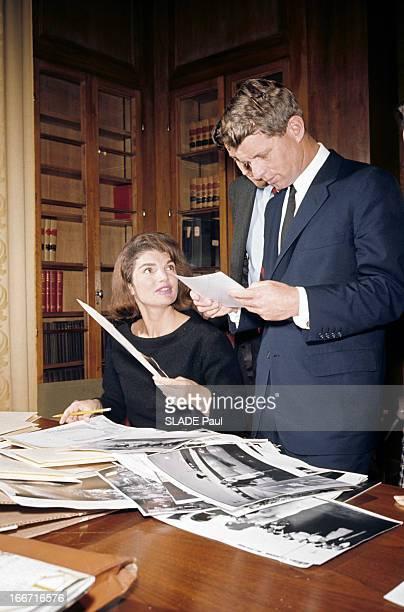 Preparation Of The Exhibition On John Fitzgerald Kennedy Dans une bibliothèque Jackie KENNEDY en robe noire attablée choisissant des photographies...