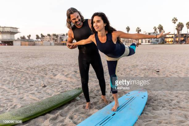 preparation to surf - couple warming up in venice, california - venice foto e immagini stock