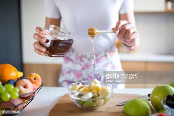 朝食にフルーツボウルを準備する - 果物の盛り合わせ ストックフォトと画像