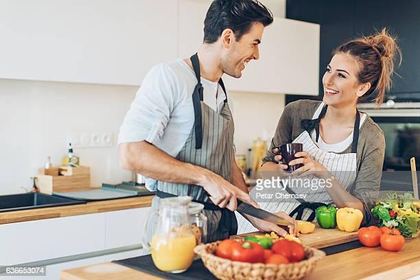 Preparazione di una cena romantica