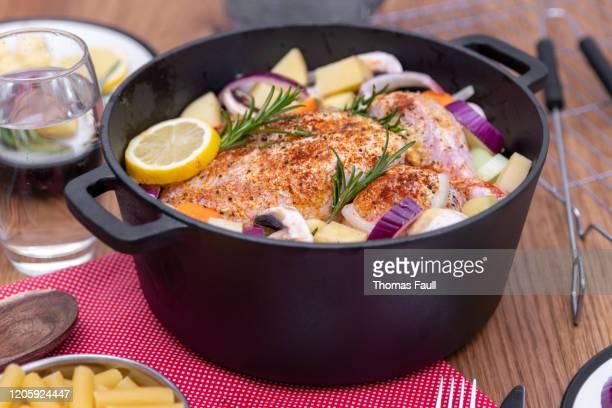 オランダのオーブン1つの鍋で調理するために鶏肉全体を準備する - ダッチオーブン ストックフォトと画像