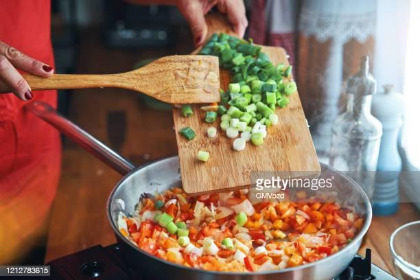 アルゼンチンのエンパナダ肉と野菜の準備 - ネギ ストックフォトと画像