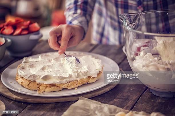 Vorbereitung Berry Pavlova Kuchen mit Erdbeeren und Himbeeren