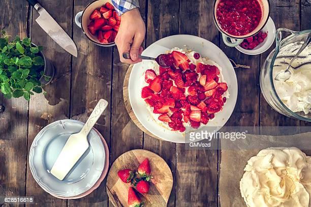 準備ベリー・パブロワケーキ、ストロベリー、ラズベリー