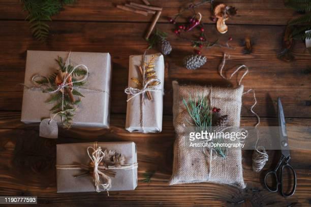 vorbereitung von weihnachtsgeschenken. - gift lounge stock-fotos und bilder