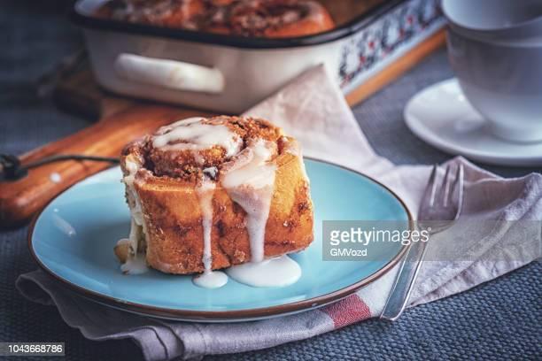 preparing cinnamon buns in domestic kitchen - comida doce imagens e fotografias de stock