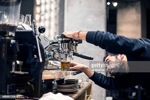 Préparation du café pour le client