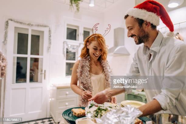 preparando o jantar para a véspera de ano novo - happy new month - fotografias e filmes do acervo