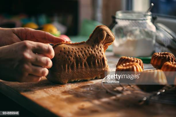 vorbereitung ostern lamm kuchen in der heimischen küche - osterlamm stock-fotos und bilder