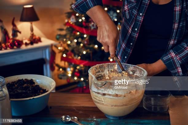 zubereitung von fondant-weihnachtskuchen mit getrockneten früchten und nüssen - dörrpflaume stock-fotos und bilder