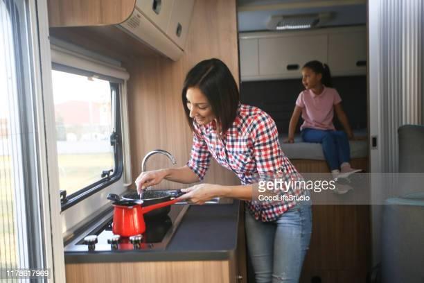 zubereitung von speisen in einem wohnmobil - wohngebäude innenansicht stock-fotos und bilder