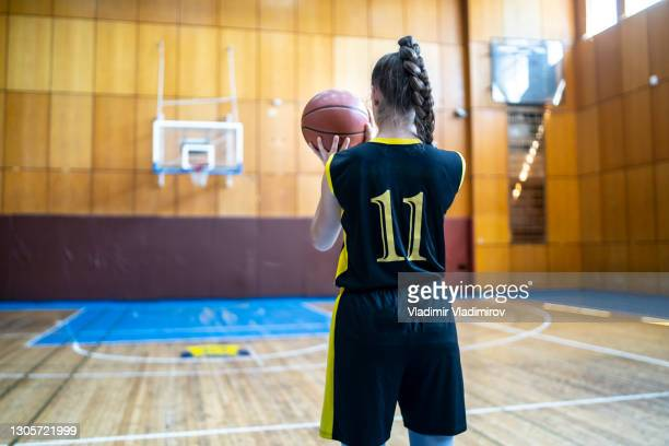 preparing for free throw - basketball uniform stock pictures, royalty-free photos & images