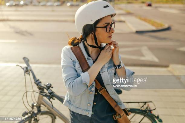 preparando-se para o passeio de bicicleta - ciclismo - fotografias e filmes do acervo