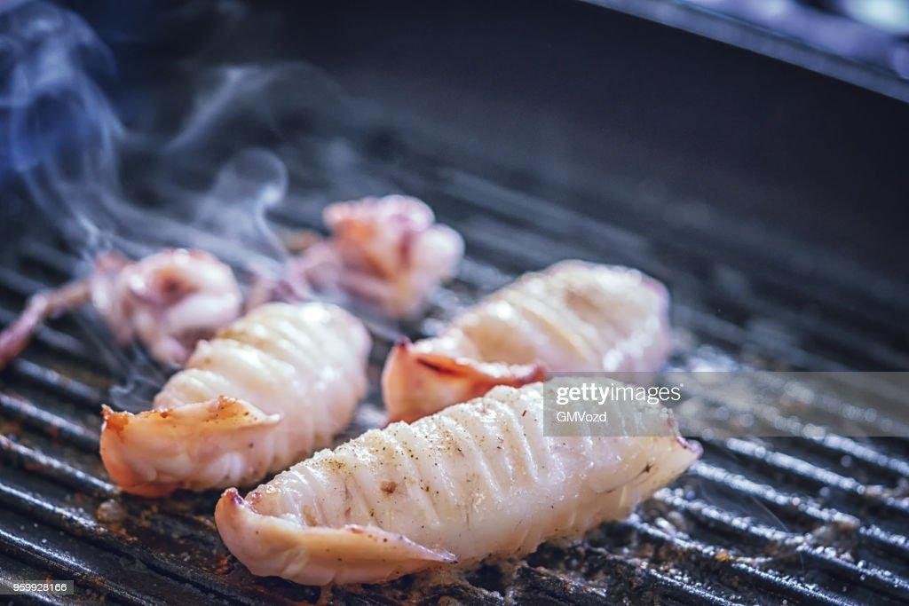 Zubereitung frischer Tintenfisch auf einer Grillpfanne : Stock-Foto