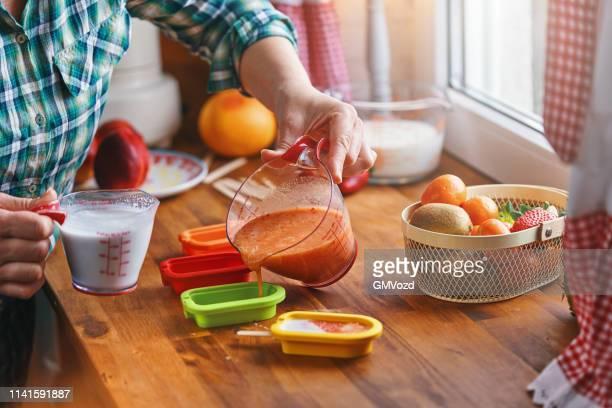 スティックにフルーツアイスクリームを準備 - 自家製 ストックフォトと画像