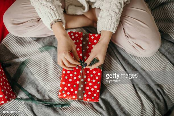 preparing gifts for christmas and new year - donna bendata foto e immagini stock