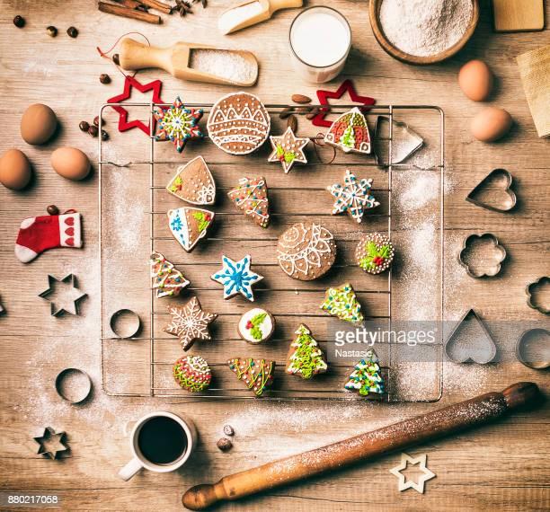 Preparando galletas de Navidad de pan de jengibre en la cocina