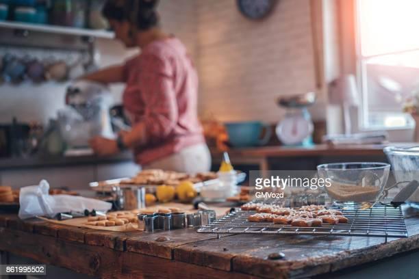 Preparar galletas de jengibre y decorar con glaseado