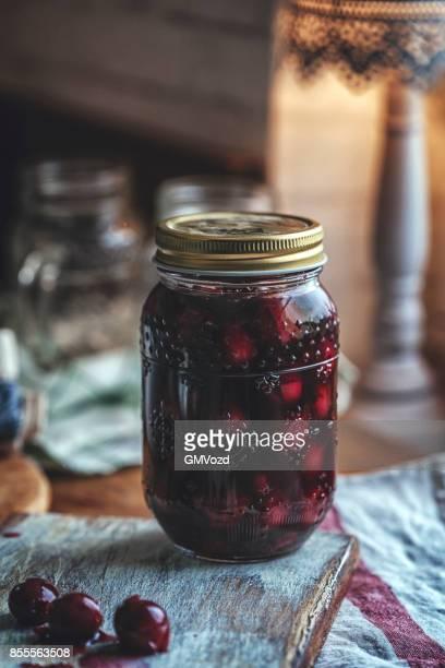Vorbereitung hausgemachte gekochte Kirschen und Canning in Gläsern