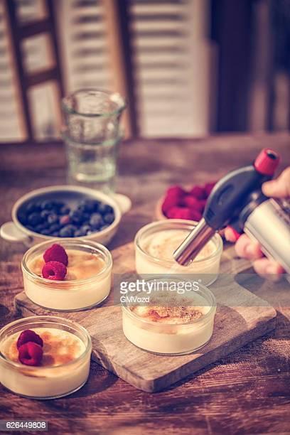 Vorbereitung der hausgemachte Crème brûlée mit Beeren