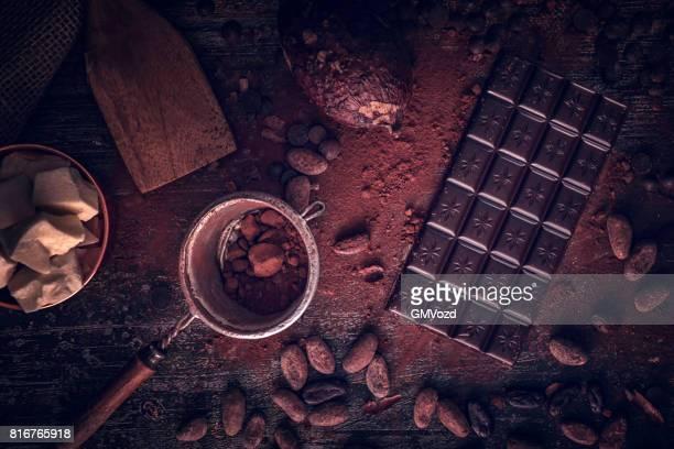 自家製の良い品質チョコレート バーを準備します。 - ダークチョコレート ストックフォトと画像