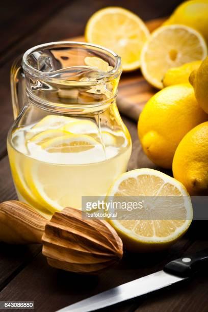 Vorbereitung infundiert Zitrone Detox Getränk