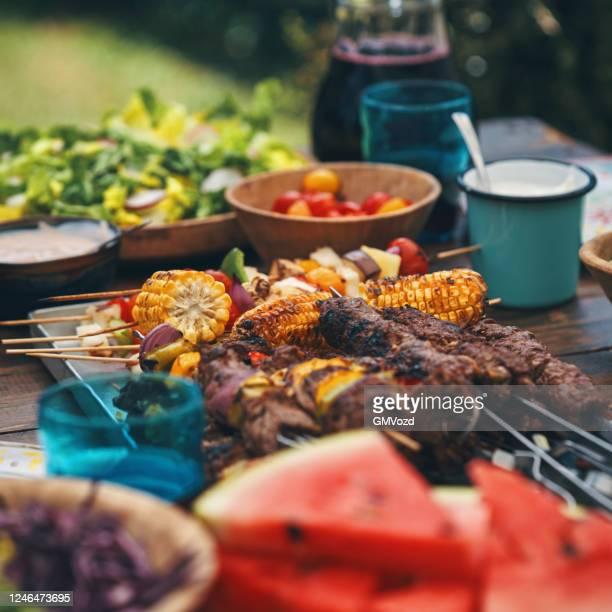 外でグリーンサラダとラム、ビーフ、野菜ケバブを準備 - バーベキューグリル ストックフォトと画像