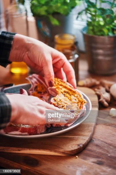 préparation des côtelettes d'agneau avec boulgour et brocoli - côtelette photos et images de collection