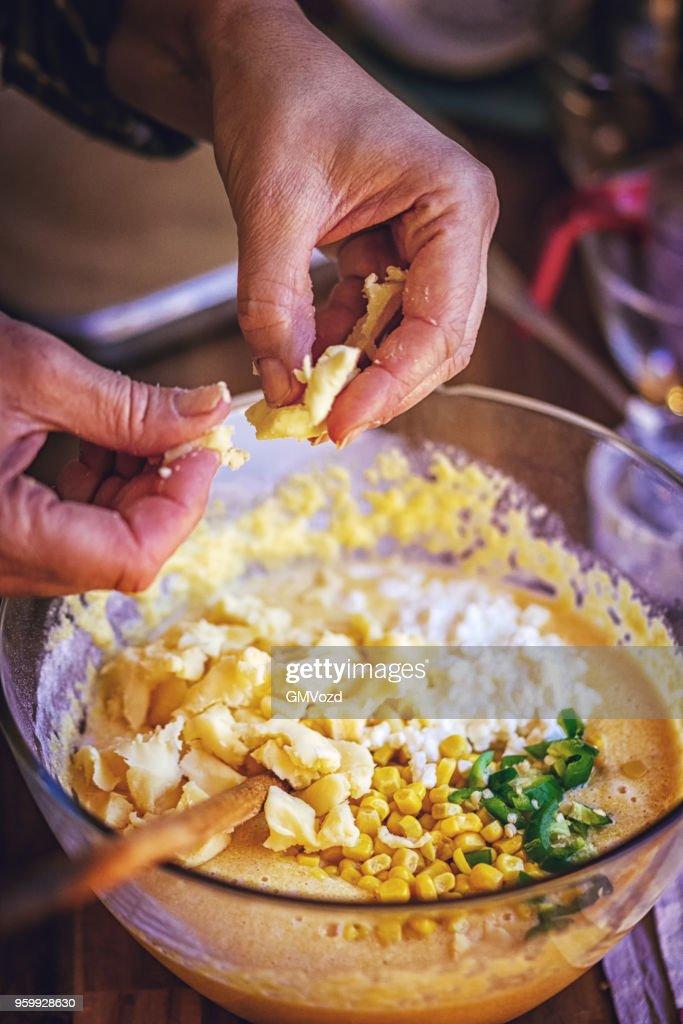 Vorbereitung der mexikanischen Mais-Brot mit frischem Mais und Jalapenos : Stock-Foto