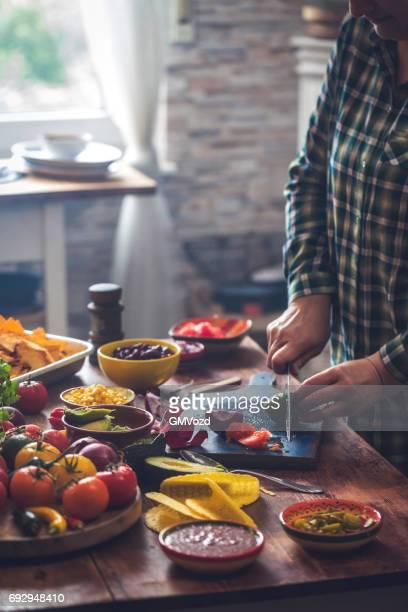 Mexikanische Tacos mit scharfer Salsa und Guacamole vorbereiten