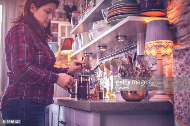 Voorbereiding van koffie met koffie-/ theevoorzieningen