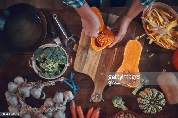 ニンジン、ブロッコリー、ホウレンソウ、カボチャのシチューを準備 - 調理方法 ストックフォトと画像
