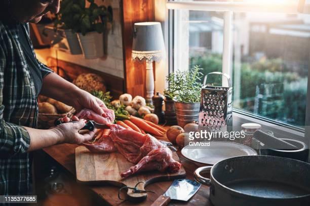 野菜とウサギのシチューの準備 - ウサギ肉 ストックフォトと画像