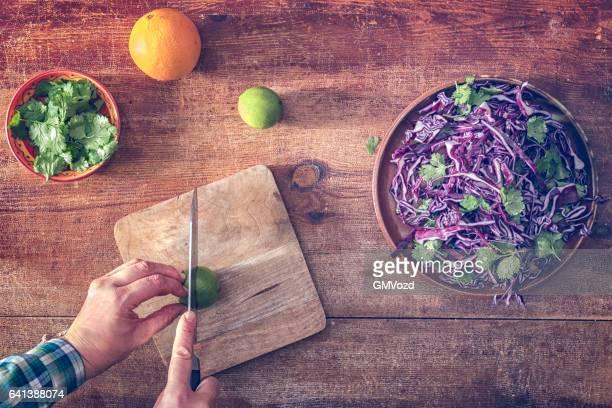 Voorbereiding van rode kool salade