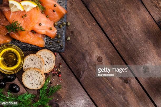 Préparation des canapés de saumon fumés
