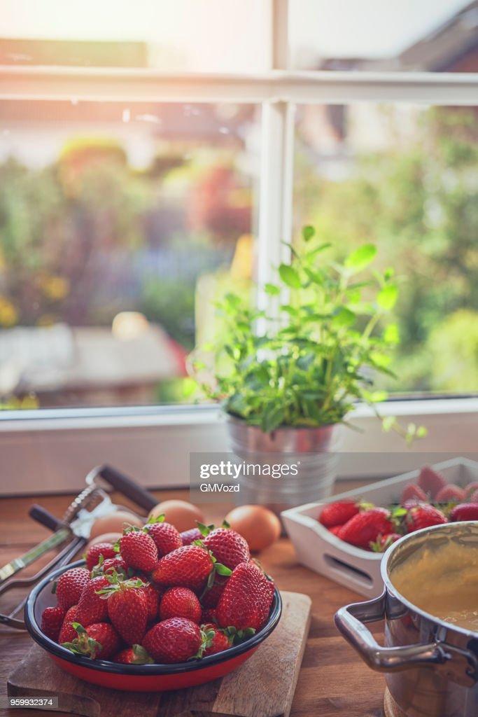 Vorbereitung von Erdbeer-Tarte mit Vanillecreme : Stock-Foto
