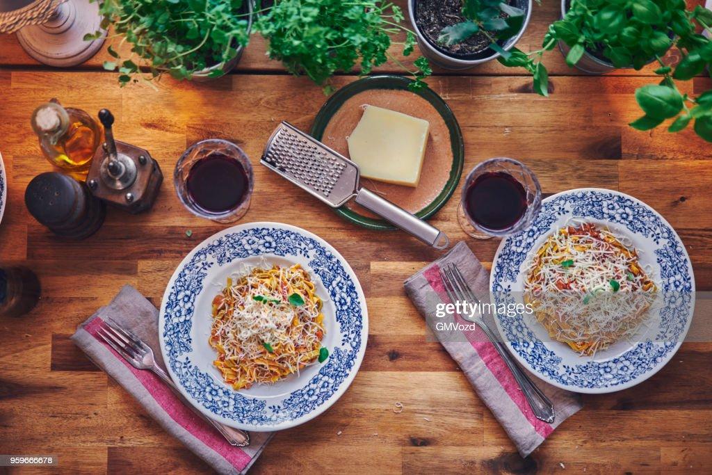 Vorbereitung von Tagliatelle-Nudeln mit Bolognese Vegan und Bella Lodi Käse : Stock-Foto