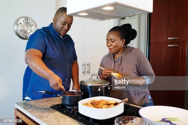 preparar esa salsa secreta familia secreta - black cook fotografías e imágenes de stock